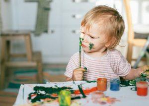 Peuter schilderen | Twinkeltje Opvoedondersteuning Rotterdam